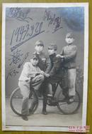 民国老照片:民国32年,辽宁省铁岭市西丰县——四个男孩——童子军,一辆自行车,画面有意思。