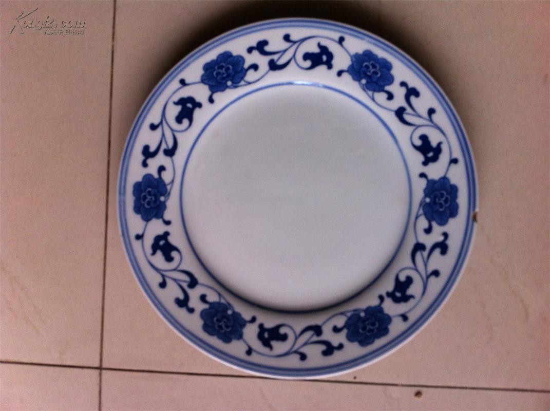 您好,此件藏品为青花花卉缠枝纹盘清末民窑款瓷器,青花发色不错可以图片