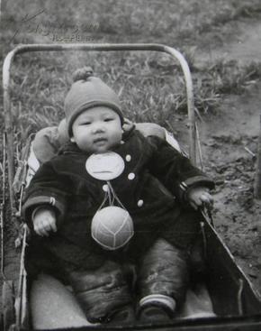文革老照片:大大的毛主席像章,大大的皮球,搞笑!~