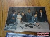 2451:深圳市第一任市长梁湘等观看关山月画画的照片和复印禆文女校1940年高中毕业留影