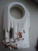 文革瓷摆件 --梅花 表座,规格高500*145*92,9品。请注意,左下面有一道冲。