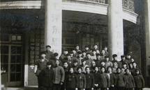 文革老照片:毛泽东思想,标语楼前工作人员合影~1968年。《桐阴》