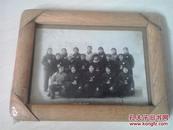 文革老照片(18人手捧语录戴像章合影)玻璃镜框镶嵌