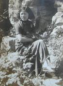 民国老照片:民国旗袍美女坐在假山,1935年。