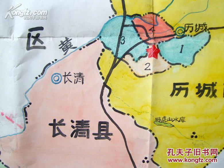 【藏品詳情】 【名称】纯手绘彩色老地图《济南市政区图》一大张。 【年代】近现代(根据图上所写的章丘县,1992年撤销原章丘县改为县级市,即现在济南市东郊的章丘市,可以确定此图至少是1992年以前所绘制)。 【材质】厚白纸。 【性质】纯手工绘制,绝非印刷品!用褐、黄、蓝、黑、四种颜色绘制,有比例尺,收藏佳品! 【尺寸】123 X 88厘米。 【品相】有少许旧痕迹,保存基本完好(如图)。 【包装邮寄】精致、安全、防潮的包装邮寄发货。 【手绘地图的拍卖市场】近年来,国内地图收藏不断发展壮大,市场价格逐年攀升。