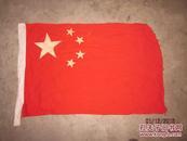 文革五星红旗一面91*60厘米,纯棉布织就,博古架顶上47