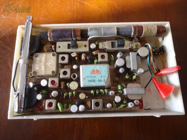 一部老款半导体收音机海鸥6c2型(中波和短波手动调控功能)有外皮套盒