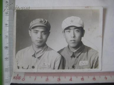 五十年代中国人民解放军战士头戴五星军帽合影留念老照片