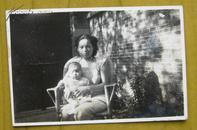 民国老照片:民国旗袍美女,抱小孩。