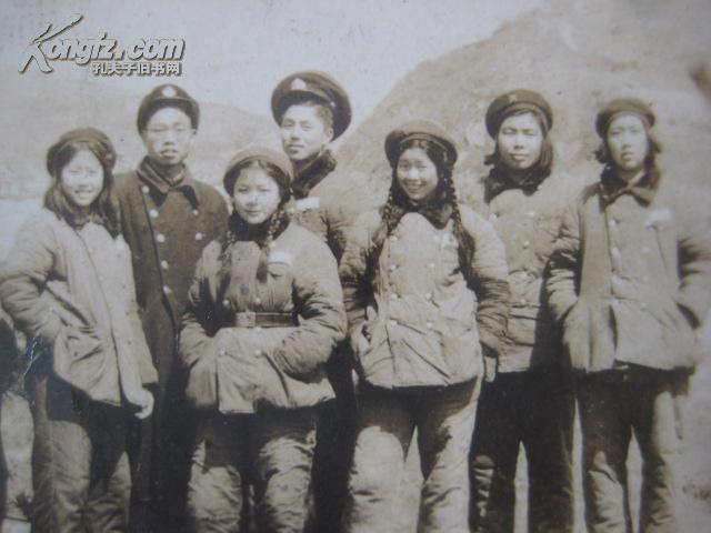 影老照片【中国人民解放军战士】(图2)-双排棉大衣女兵合影老照片