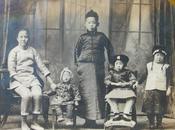 民国老照片:民国九年(1920年),一个妇人与四个小孩子合影,中间一位戴瓜皮帽。(尺寸17CM*12.2CM)