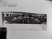 """1977年,原版照片《全国工业学大庆会议》毛主席、华主席等,""""鼓足干劲,力争上游,艰苦奋斗,努力作战,吧国民经济搞上去---""""等标语"""