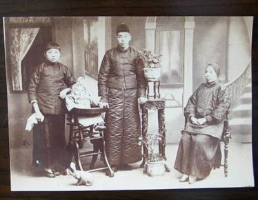 民国老照片:古董级,民国家庭合影。小脚美女。