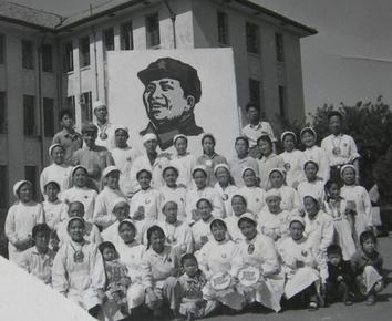 文革老照片(经典):毛主席像。医生、小孩、大像章——忠!忠!忠!
