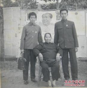 文革老照片 毛主席像前小脚女人,画面有意思