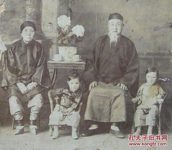 清末或早期民国老照片 三寸金莲,小脚女人 云南昆明三牌坊 镜光 照相