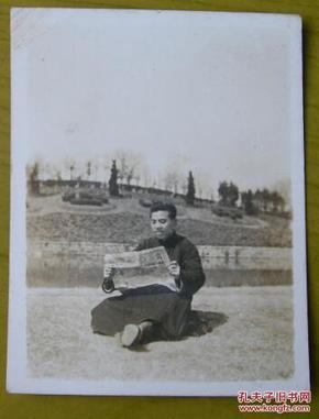 民国老照片:民国36年抗战时期。上海中山公园,长袍男爱读《商报》——背面有题。