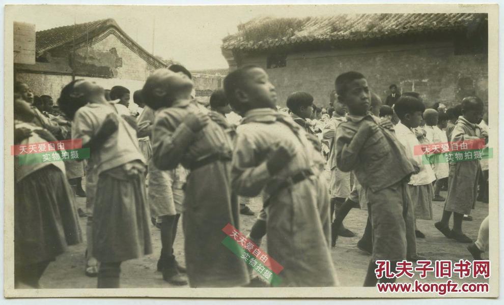 民国北京胡同中的教会小学校学生上课间操体育运动锻炼老照片
