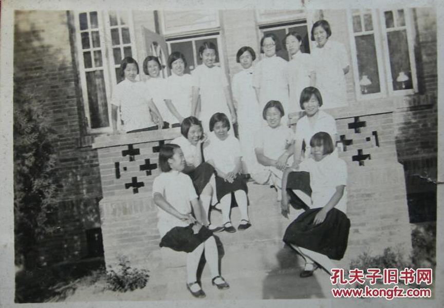民国老照片:民国旗袍美女们,应当是女校学生,忍俊不禁