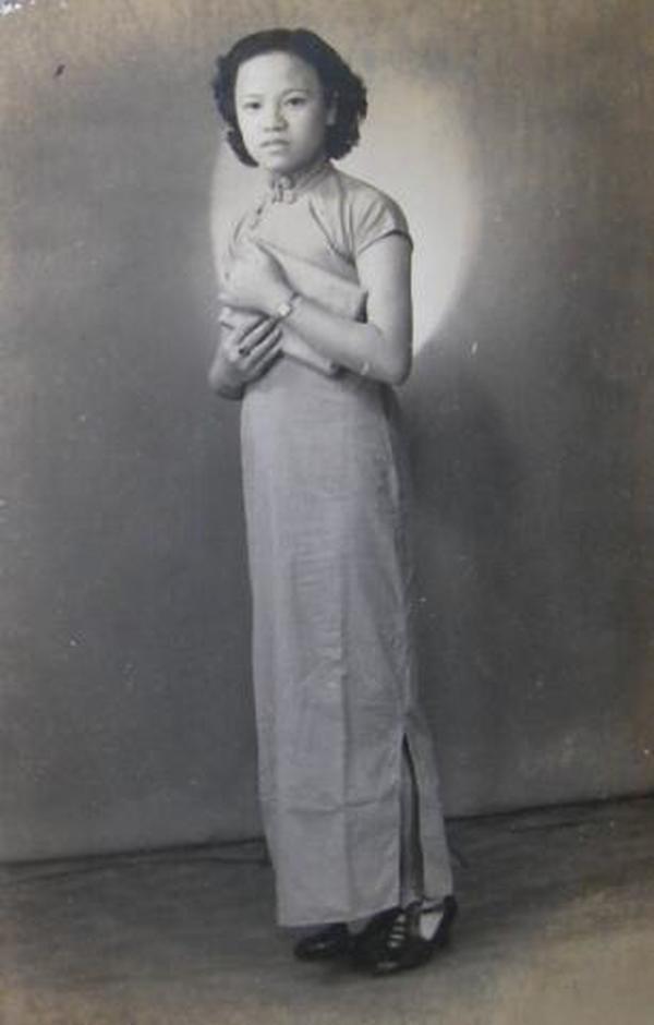 民国老照片:民国旗袍美女,抱个小包包~