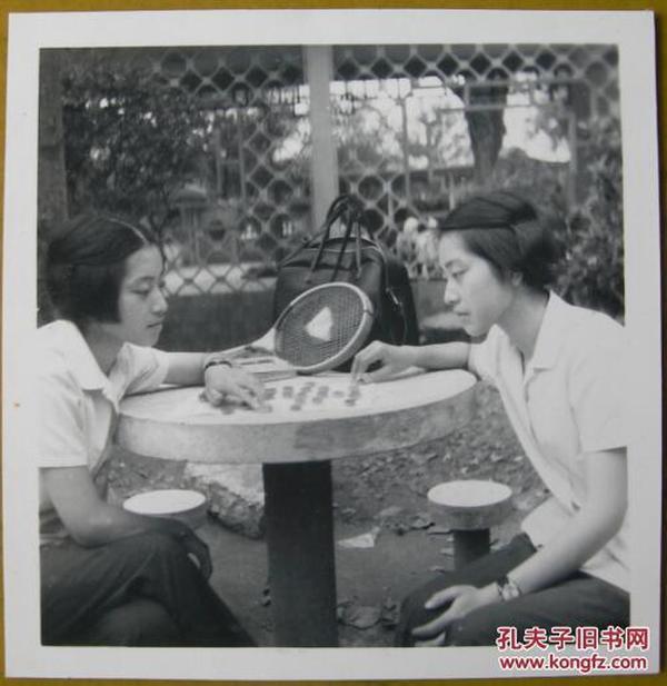 老照片(体育、运动收藏):两个美女(像是孪生姐妹)下象棋,画面十分少见!~