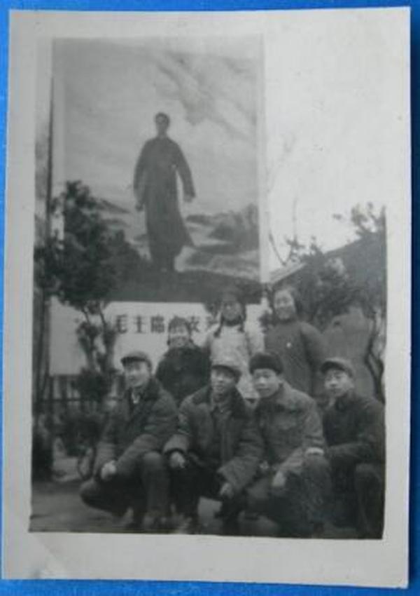 文革老照片:背景毛主席像。【心中升起红太阳系列】