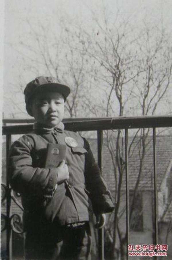 文革老照片:小男孩戴毛主席像章,握毛主席语录【陌上花开系列】