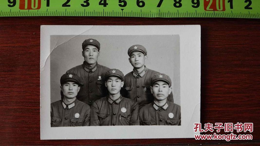 解放军带像章老照片...........