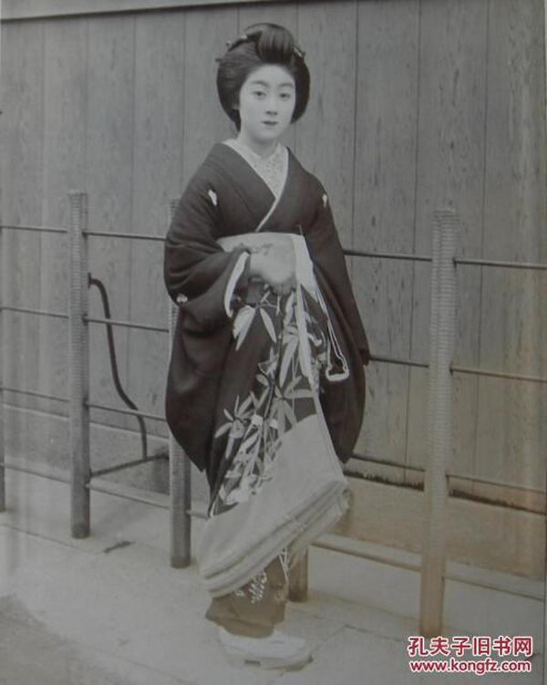 晚清老照片(或民国老照片):清末民国初年美女,日本东京,京都祗园艺妓——日本第一美人:万龙。有诗云:祗园美妓名万龙,芙蓉花腮瑠璃眼。玲珑云髻花生样,飘飖风袖蔷薇香。殊姿异态不可状,忽忽转动如有光。