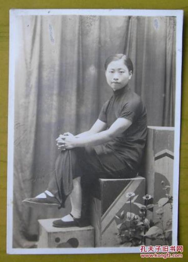 民国老照片:民国旗袍美女。漂亮照相馆内布景,摆摆坐