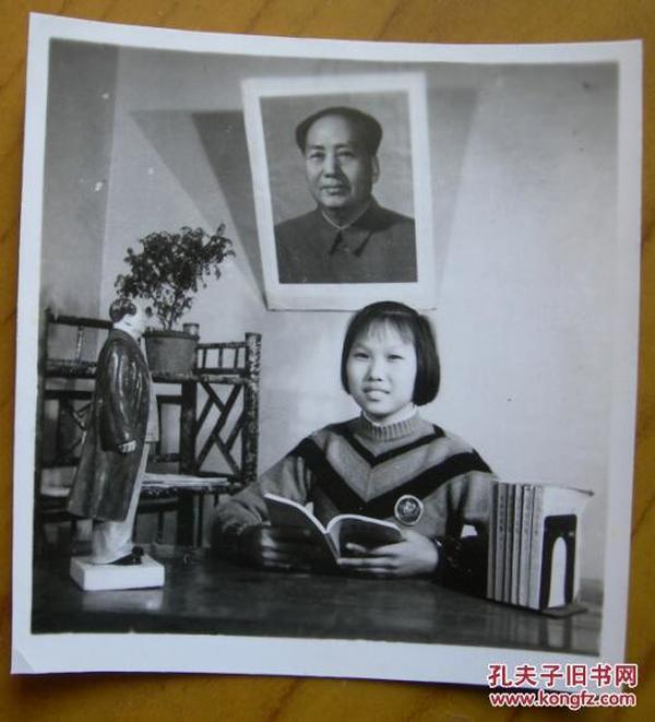 """文革老照片:美女,毛主席像,摄于(安徽蚌埠)南湖""""忠""""字室。1968年国庆节"""
