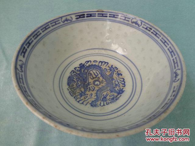 JB 七十年代景德镇出口精品瓷 五福翔龙青花玲珑老瓷碗,青花纯正,图片