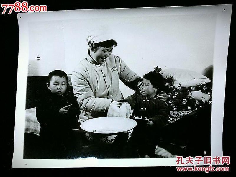 ●北京老照片:北京旅馆职工热心周到为旅客服务【尺寸20.5X15.3公分】!!