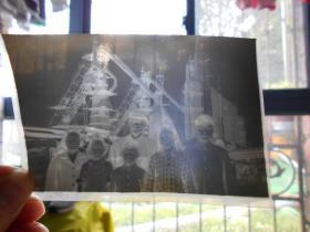 老底片【70年代,一家人在工厂大型高炉前合影】