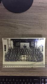 1971年《和伟大的国际共产主义战士罗盛教烈士的父母亲在一起,湖南省军区80分队5小队》老照片,尺寸21x14.8cm (背景是大幅毛主席像)包老保真