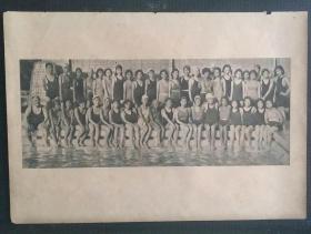 民国24年8月28日《号外画报》刊有:上海女子游泳会全体成员准备下水礼时的合影等。