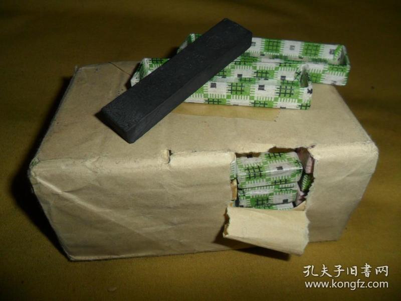 文革及文革以前,安徽歙县老胡开文墨厂出品,原包装老墨块一包(25块),《春竹墨》一包
