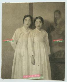 1925年贴邮票实寄老明信片,剪裁过,正面是两名朝鲜族姑娘站在一幅画前