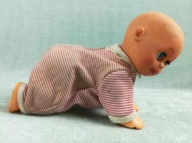 非常漂亮的硬质电动老胶皮娃娃,制作精良,有声乐,可爬动,品相极好