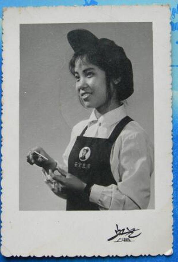 文革老照片:美女。安全生产,毛主席像章。上海虹艺照相馆。【陌上花开系列】