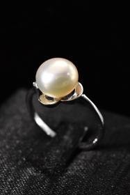 《纯天然珍珠戒指》一枚 保存完好 925银托上嵌珍珠 总重量:1.79克 珍珠直径:8.4毫米   大小可调整  高级天然珍珠 莹润透亮  具有高雅气质 象征着健康 纯洁 富有和幸福 自古以来为人们所喜爱