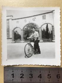 老照片【文革,向阳公园大门柱子上写有标语,男子骑自行车】