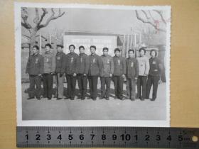 """老照片【先进工作者在""""向中国女排学习""""的广告牌前合影】"""