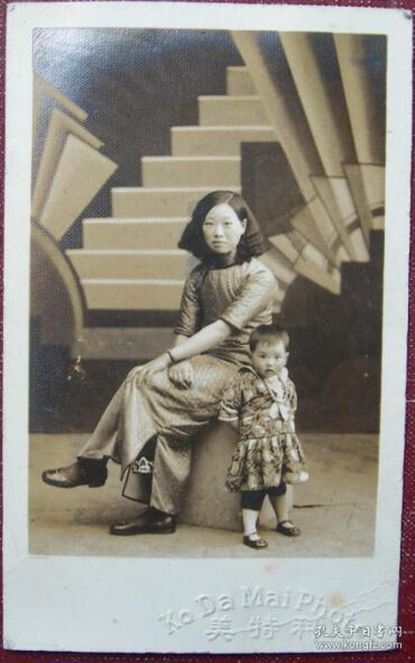 民国老照片:民国旗袍美女,小孩戴珍珠项链,科特美照相馆《陌上》