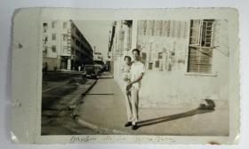 民国香港街头年轻父亲怀抱女儿留影照片