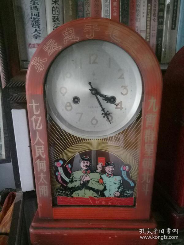 烟台北极星文革老座钟,上弦后能正常走动,报时声音宏亮,文革很浓,极具收藏。