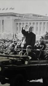 文化大革命毛主席和汪东兴乘车检阅百万革命群众大幅照片