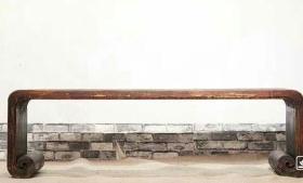 下卷琴桌。纯榆木雕龙卷几案,焚香抚琴,用料上乘,造型简约。可抚琴品茶,参禅悟道。长165cm,宽48cm,高48cm。