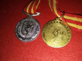 两枚体育运动纪念章(5.5X5.5厘米):沈阳药科大学第37届运动会(银质,第二名)、沈阳药科大学第38届运动会