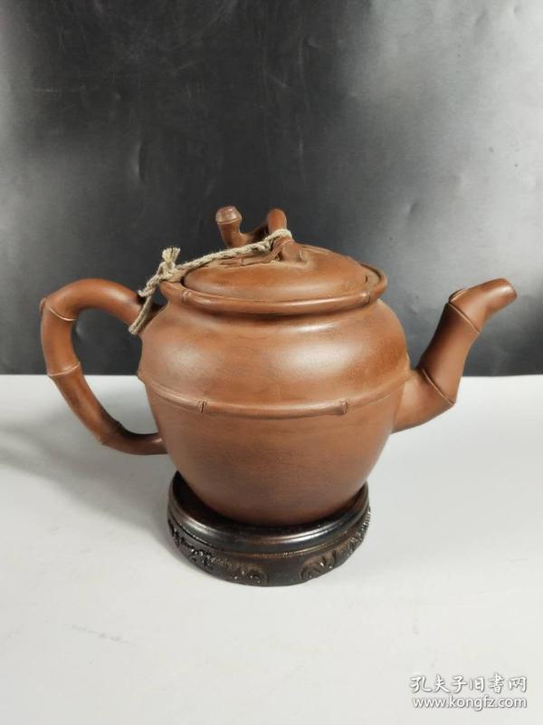 老紫砂壶一把,砂质细腻,品相及尺寸如图,保存完好,适宜收藏